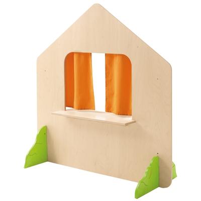 Haus mit Fenster und Büschen